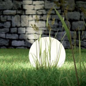 Illuminare il vialetto del giardino con lampade da terra