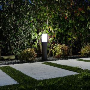 Illuminare il vialetto del giardino con lampioncini